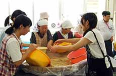 地元のおばちゃんたちと味噌作り